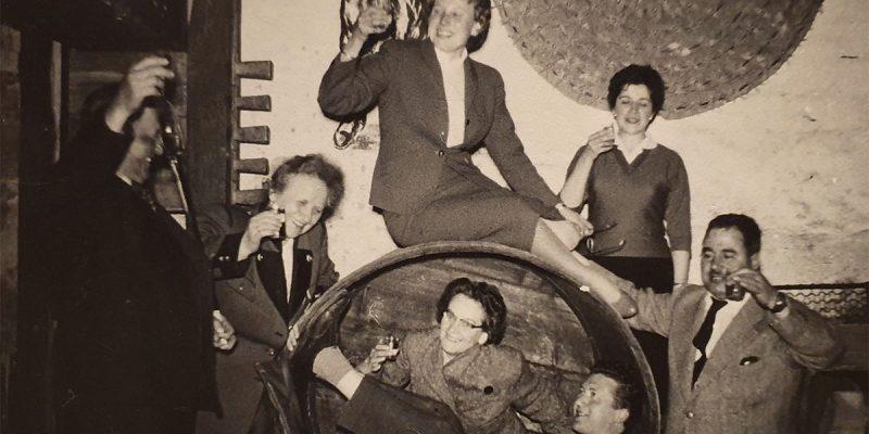 Weinverkostung im Weinkeller (1958)